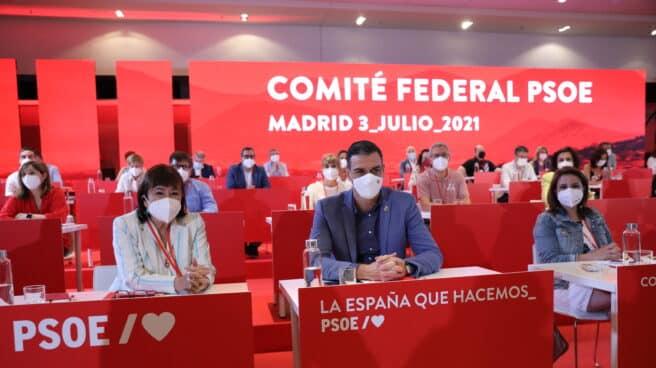 Sánchez junto a Cristina Narbona y Adriana Lastra en el Comité ejecutivo del PSOE de este sábado