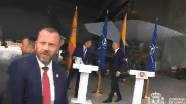 Sánchez, forzado a interrumpir una rueda de prensa en Lituania por una amenaza