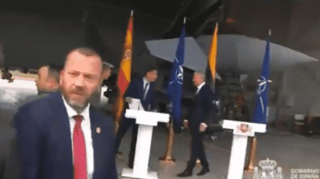Momento en que Pedro Sánchez y el presidente lituano, Gitanas Nauseda, han sido desalojados por una amenaza en la base de Siauliai.