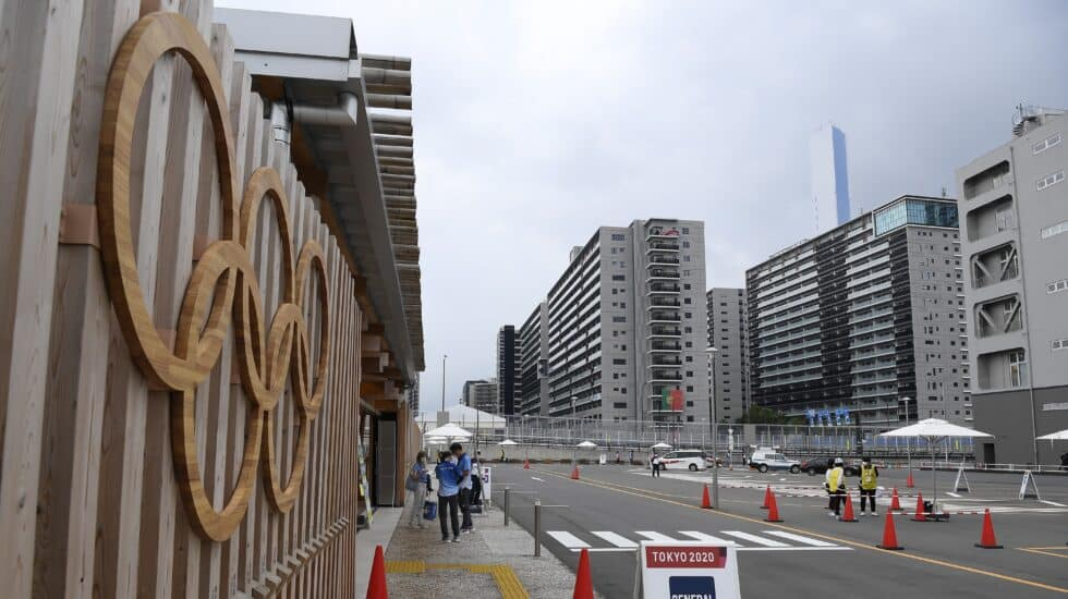 La entrada de la Villa Olímpica en Tokio, donde comenzarán los Juegos el 23 de julio