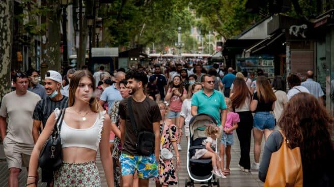Personas pasean por Las Ramblas de Barcelona en julio de 2021.