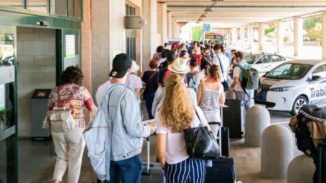 Pasajeros salen del Aeropuerto de Menorca