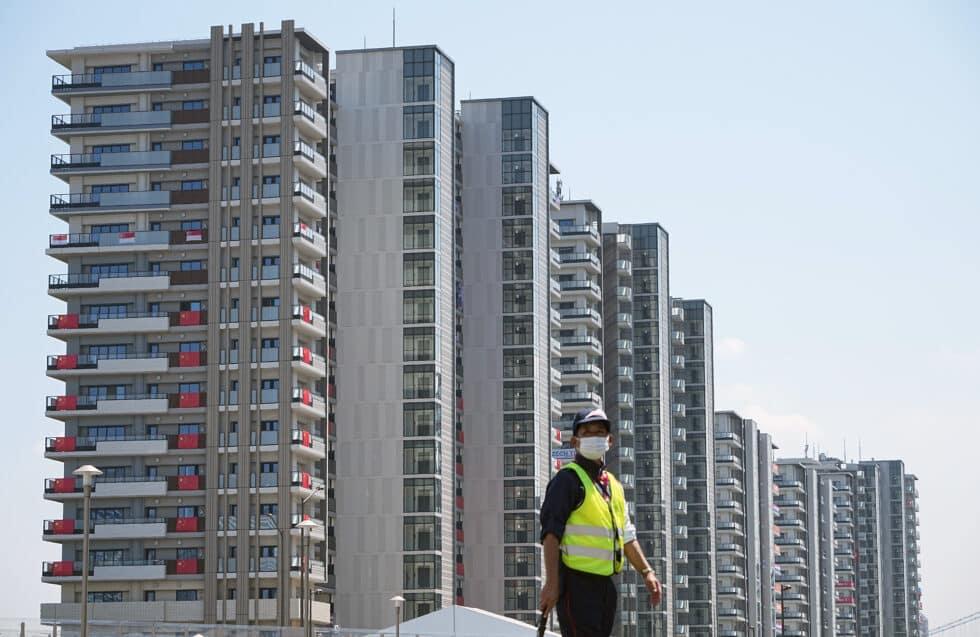 Un guardia de seguridad en la Villa Olímpica de Tokio, donde la pandemia y las camas hacen que tener sexo sea más difícil que en otros Juegos
