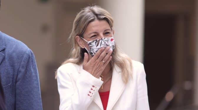 Yolanda Díaz desoye a Calviño y está dispuesta a subir el salario mínimo en agosto