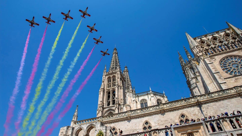 La Patrulla Águila del Ejército del Aire sobrevuela la catedral de Burgos durante los actos organizados para conmemorar los ochocientos años del inicio de la construcción de la Catedral de Burgos