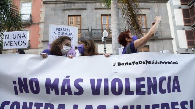 """Varias personas participan en una concentración feminista en la Plaza de la Candelaria en repulsa por """"todos los feminicidios"""" en Santa Cruz de Tenerife, Tenerife, Islas Canarias (España)."""