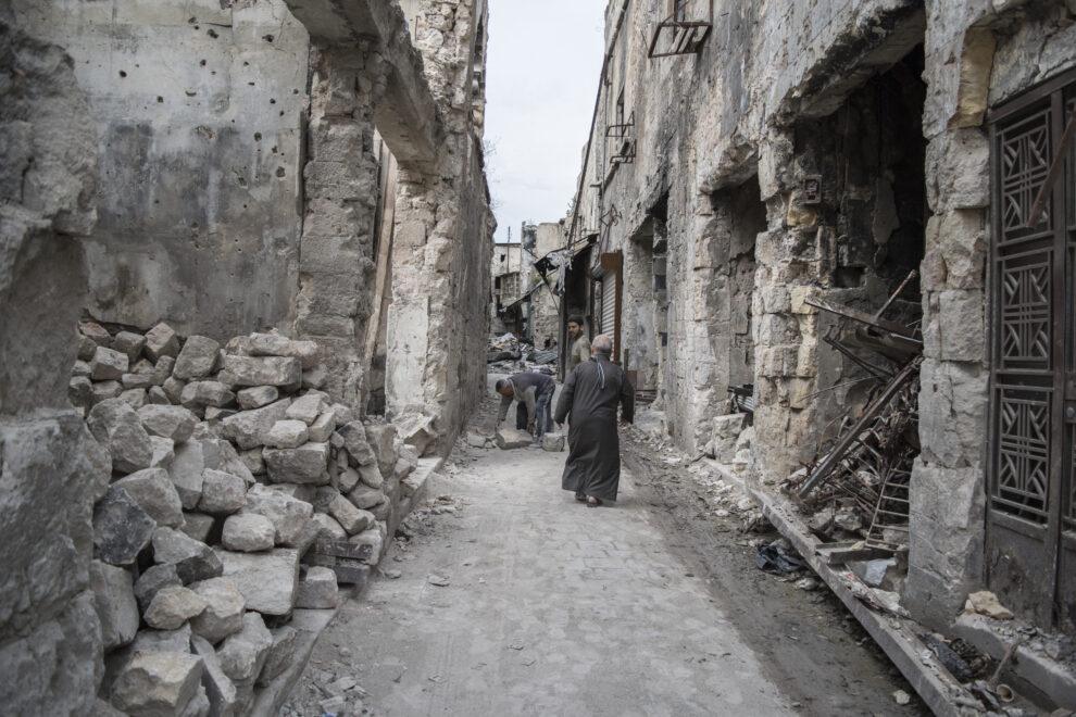 Unos vecinos pasean por el otrora barrio turístico de Alepo
