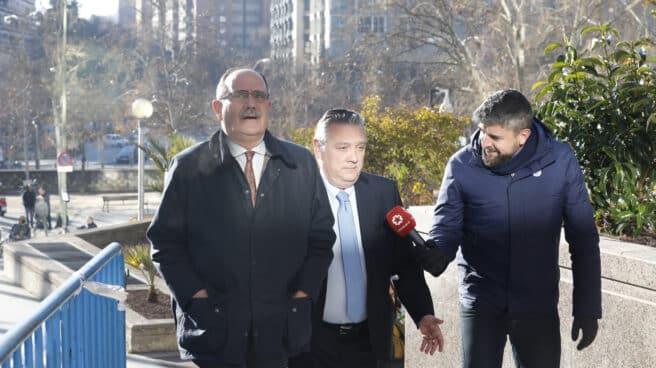 El exmiembro de la Ejecutiva del PP, Alfredo Prada (con corbata azul), cuando acudió a testificar a la Audiencia Provincial de Madrid en 2019