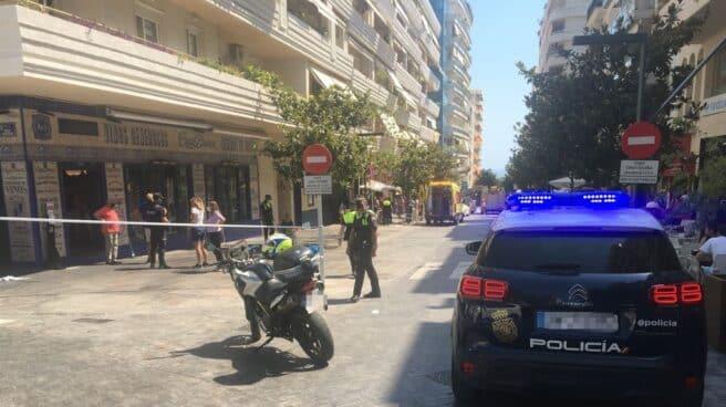 Varios policías controlan la terraza de un bar en Marbella tras haber sido arrollada por un coche