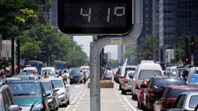 Termómetro marca la temperatura en la calle