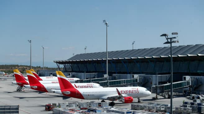 Varios aviones de Iberia en la terminal 4 del Aeropuerto de Madrid-Barajas Adolfo Suárez.