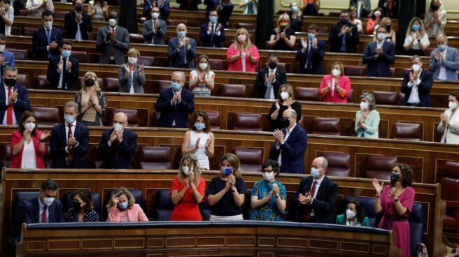Los diputados socialistas aplauden a Pedro Sánchez en el Congreso.
