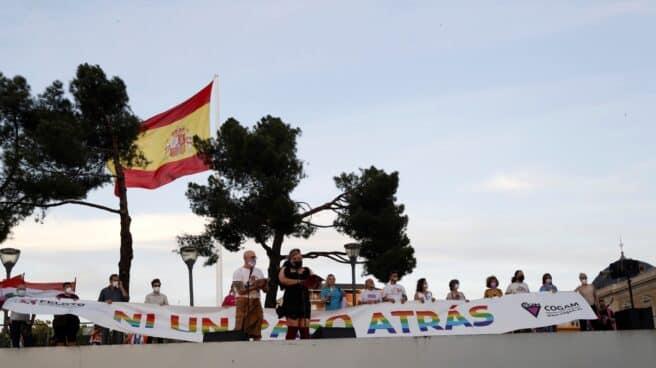 Final de la marcha del Orgullo LGTBI que ha recorrido hoy sábado el paseo del Prado y Recoletos de Madrid, finalizando en la Plaza de Colón.