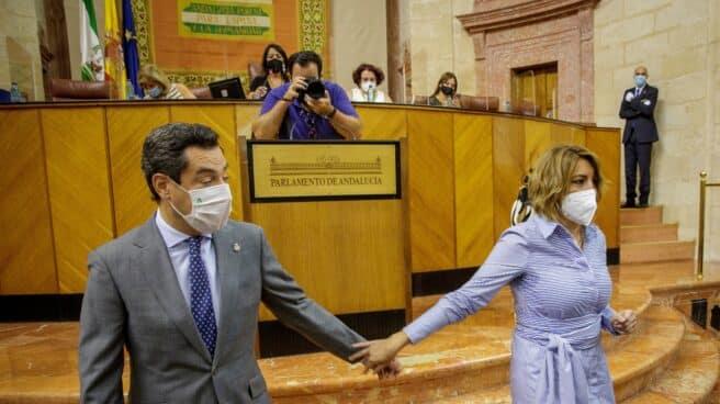 El presidente andaluz, Juanma Moreno, y la expresidenta socialista Susana Díaz, se despiden tras conversar al inicio del debate de la situación general de Andalucía este pasado miércoles