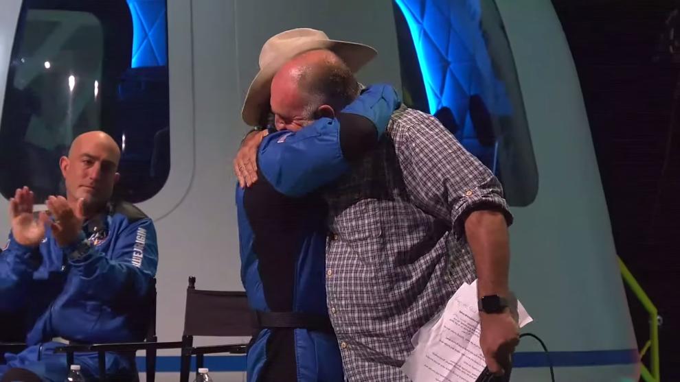 Jeff Bezos y José Andrés se abrazan tras la donación del multimillonario estadounidense a su ONG