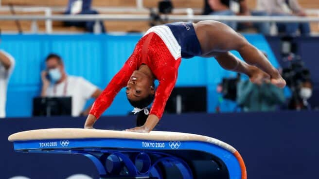 Simone Biles salta en la final de gimnasia artística de los Juegos Olímpicos de Tokio 2020.