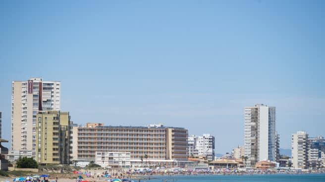 Varias personas en la Playa de Levante, en la Manga del Mar Menor
