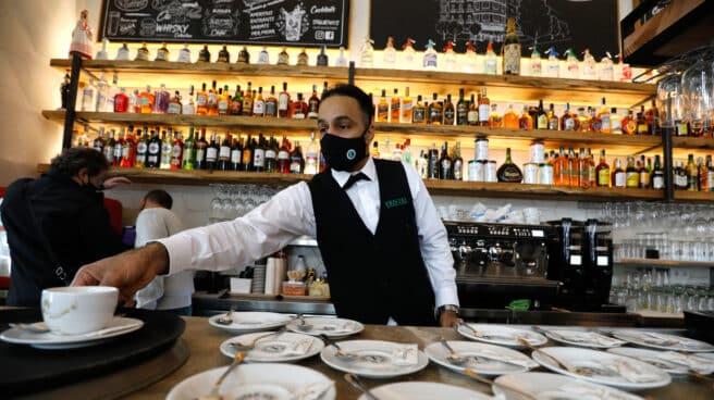 Imagen de un camarero en una cafetería.