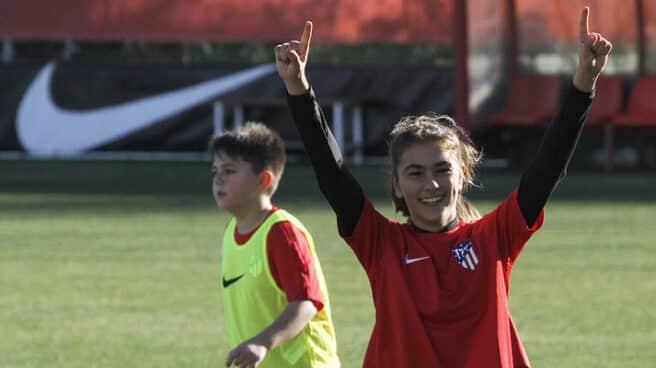 Una niña celebra un gol en el campus de verano del Atlético de Madrid