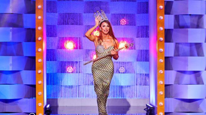 La ganadora de la primera edición de 'Drag Race España', Carmen Farala, desfila con su cetro y su corona.