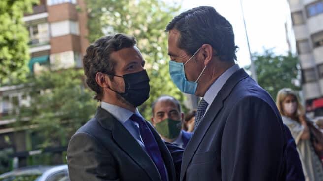 El líder del PP, Pablo Casado (i), saluda al presidente de CEOE, Antonio Garamendi.