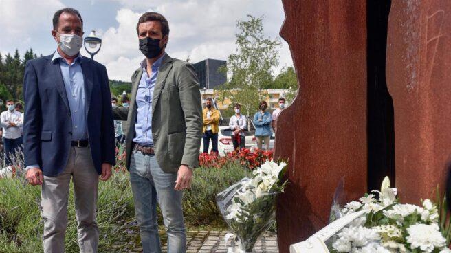 Pablo Casado y Carlos Iturgaiz, en un acto de homenaje a Miguel Ángel Blanco en Ermua.