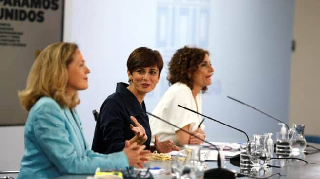 La ministra de Asuntos Económicos, Nadia Calviño; la de Política Territorial, Isabel Rodríguez, y la de Hacienda, María Jesús Montero, tras el Consejo de Ministros.