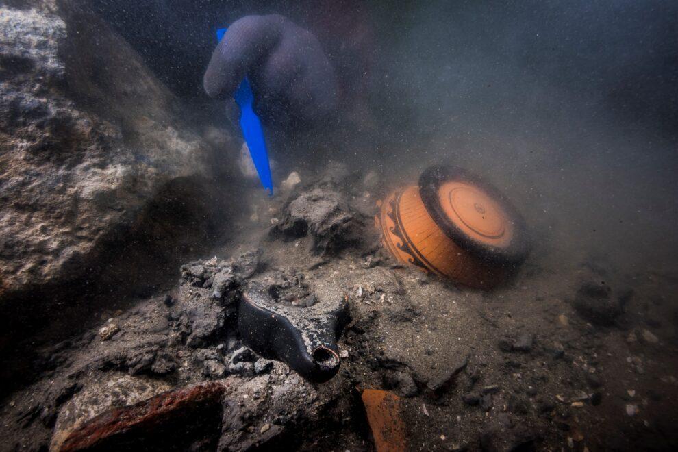 Se han hallado cerámicas importadas de Grecia que fueron colocadas como ofrendas funerarias entre los siglos V y IV a.C.