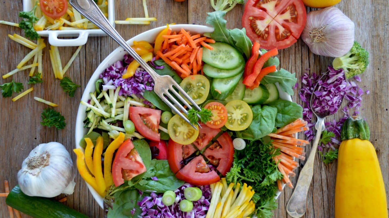 Ensalada con distintos colores.
