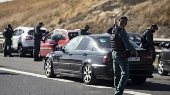 Agentes de la Guardia Civil realizan un control de movilidad en la autovía A42, a la altura de Illescas, Toledo