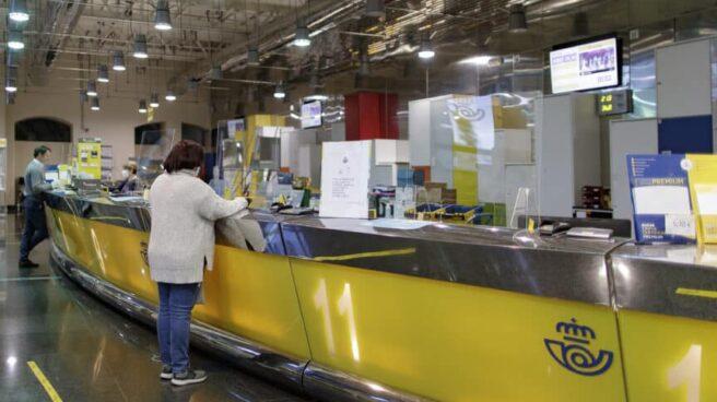 Usuarios realizan trámites en una oficina de Correos en el centro de Madrid.
