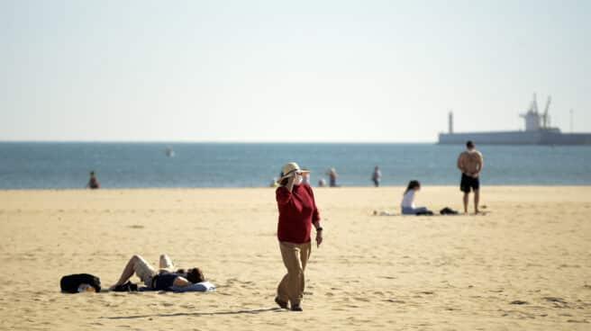 Una mujer en la Playa de Malvarrosa en Valencia, Comunidad Valenciana (España)