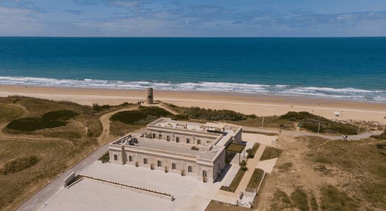 El Cuartel del Mar en la playa de la Barrosa