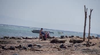 Turistas en una playa de Dahab, en la península del Sinaí egipcio