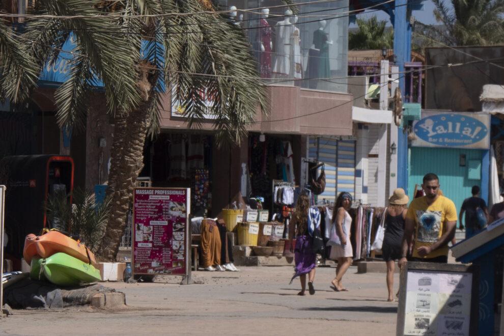 Turistas locales y extranjeros en el paseo marítimo de Dahab