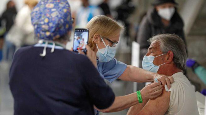 Una persona recibe una dosis de vacuna contra la COVID-19 en el Wizink Center de Madrid.
