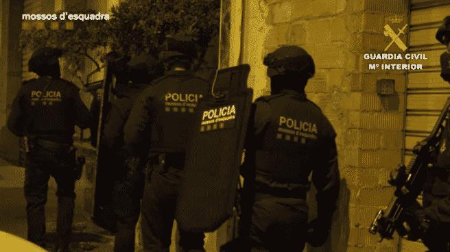 Agentes de Mossos d'Esquadra durante la intervención