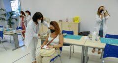 Por qué duele el brazo tras la vacuna del Covid y cómo solucionarlo