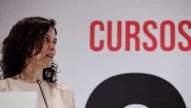 Díaz Ayuso emula a la reina Letizia y recuerda su pasado como periodista