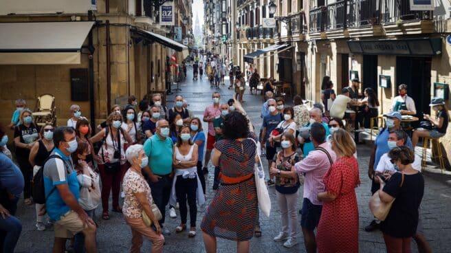 Un grupo de turistas visita la Parte Vieja de San Sebastián