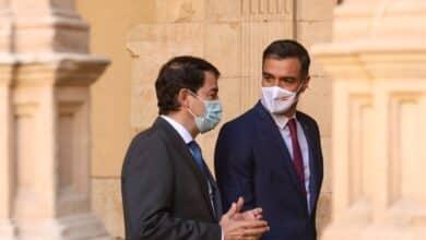 Sánchez trata de apaciguar a las Comunidades del PP con vacunas y dinero