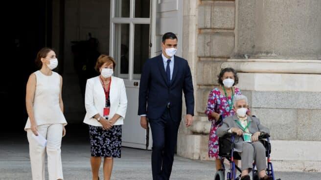 Araceli Hidalgo, la primera vacunada, junto a su familia y Pedro Sánchez.