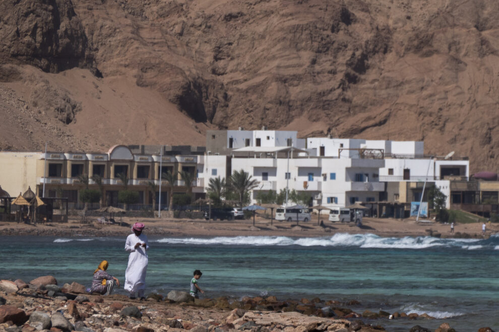 Familia local en una playa de los alrededores de Dahab