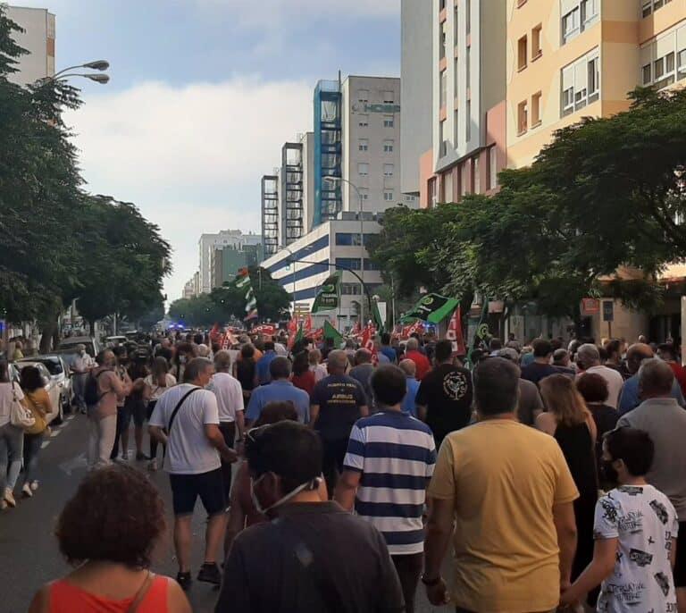 Más de 2.000 personas se manifiestan contra el cierre de Airbus en Puerto Real