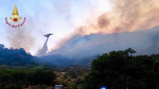 Los bomberos tratan de acabar con uno de los incendios de Sicilia.