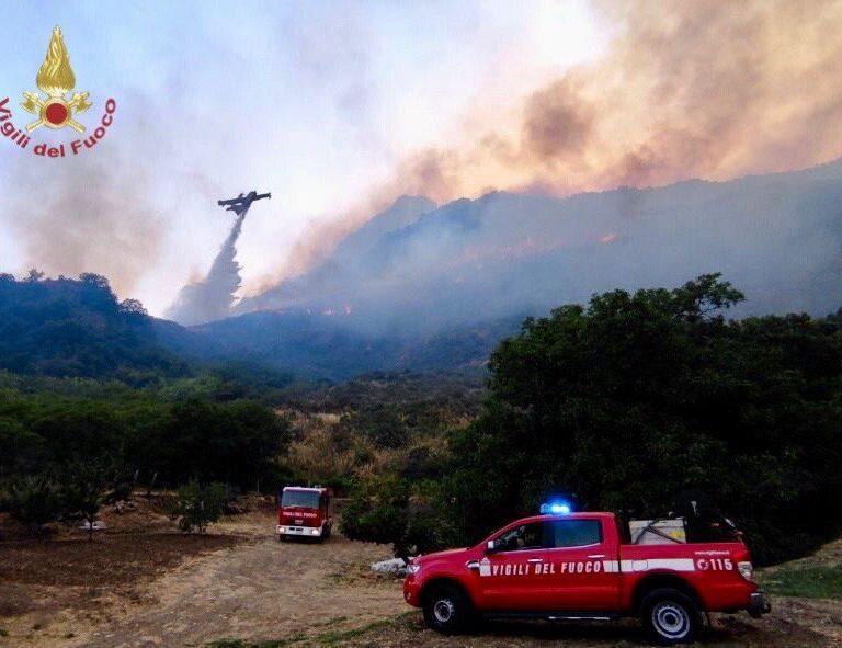 Más de 160 incendios cubren el cielo de Sicilia de humo y cenizas
