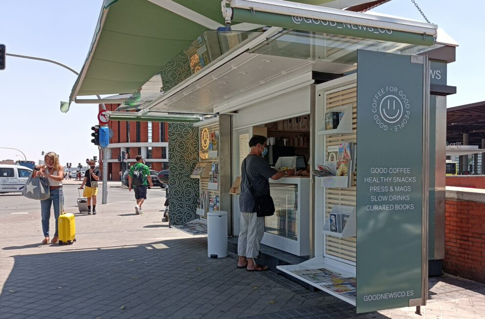 Un hombre adquiere un café en el quiosco GoodNews Coffe, en la zona de Atocha (Madrid).