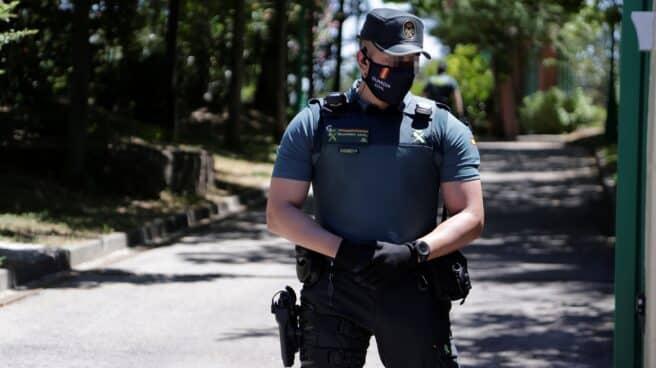 Un guardia civil, provisto de chaleco antibalas, en un reciente operativo en Madrid.