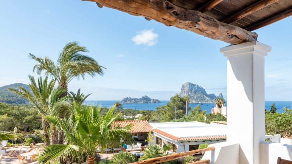 Vista del peñón de Es Vedrá desde el Hotel Petunia de Ibiza.