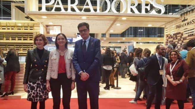Isabel Oliver, la ministra Reyes Maroto y Óscar López, en Fitur 2021.